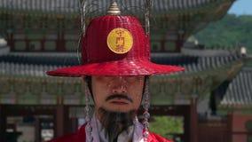 SEOUL, COREA DEL SUD - 19 MAGGIO 2018: Ritratto di una guardia al palazzo di Gyeongbokgung stock footage