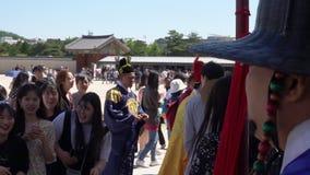 SEOUL, COREA DEL SUD - 19 MAGGIO 2018: Turisti che prendono le foto con le guardie al palazzo di Gyeongbokgung archivi video