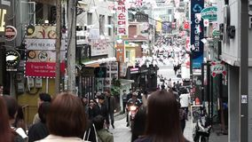 SEOUL, COREA DEL SUD - 9 OTTOBRE 2017 la gente che cammina nel distretto del itaewon video d archivio