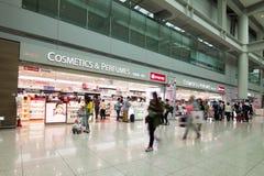 SEOUL, COREIA - 29 DE ABRIL DE 2015: Povos que andam no aeroporto de Incheon Fotos de Stock