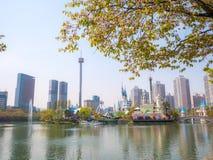 SEOUL, COREIA - 17 DE ABRIL DE 2018: Parque e flor de cerejeira de Lotte World Seokchon Lake no seasson do verão em Seoul, Coreia Imagens de Stock