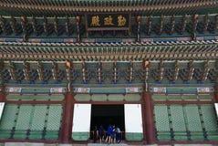 Seoul, Coreia 17 de maio de 2017: Olhar dos meninos de escola na construção do palácio de Gyeongbokgung Imagem de Stock Royalty Free