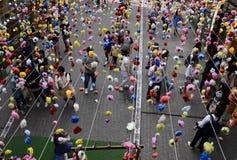 Seoul, Coreia 17 de maio de 2017: Os povos andam sob uma instalação da flor em Insadong Fotos de Stock Royalty Free