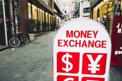 Seoul, Coreia - 4 de novembro de 2016: a troca de dinheiro assina dentro a rua de Seoul Fotografia de Stock Royalty Free