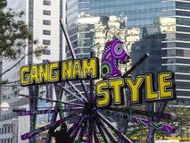SEOUL, COREIA DO SUL - 26 DE ABRIL DE 2015: Estátua de Gangnam Style perto da estação de metro do gangnam imagens de stock