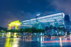 SEOUL, COREIA DO SUL - 16 DE AGOSTO DE 2015: A construção da câmara municipal do governo metropolitano de Seoul disparou na noite imagem de stock