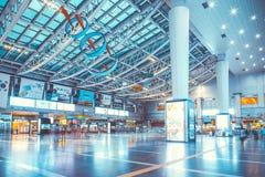 SEOUL, COREIA DO SUL - 16 DE AGOSTO DE 2015: Povos que vão adiante e para trás na estação de Yongsan - uma estação de trem princi Fotografia de Stock
