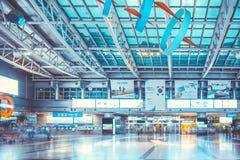SEOUL, COREIA DO SUL - 16 DE AGOSTO DE 2015: Povos que vão adiante e para trás ou que esperam seus trens no salão da estação de Y Imagens de Stock Royalty Free