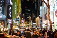 Seoul, Coreia do Sul - 16 de dezembro de 2015: As multidões apreciam a vida noturno do distrito do Myeong-dong em Seoul Imagem de Stock Royalty Free