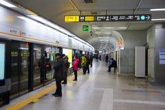 Seoul, Coreia do Sul - 15 de dezembro de 2015: Ideia interna da estação metropolitana de Dongdaemun do metro em Seoul Foto de Stock Royalty Free