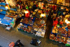 Seoul, Coreia do Sul - 17 de dezembro de 2015: A opinião aérea os clientes na pesca de Noryangjin vende por atacado mercado o 17  Foto de Stock Royalty Free