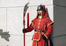 Seoul, Coreia do Sul 11 de janeiro de 2016 vestiu-se em trajes tradicionais da porta de Gwanghwamun de protetores de palácio de G Fotografia de Stock