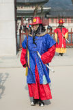 Seoul, Coreia do Sul 13 de janeiro de 2016 vestiu-se em trajes tradicionais da porta de Gwanghwamun de protetores de palácio de G Fotos de Stock