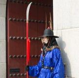 Seoul, Coreia do Sul 13 de janeiro de 2016 vestiu-se em trajes tradicionais da porta de Gwanghwamun de protetores de palácio de G Fotografia de Stock Royalty Free