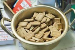 Seoul, Coreia do Sul - 4 de janeiro de 2019: hardtack, pão seco em um potenciômetro da níquel-prata, Insadong, Seoul, Coreia do S imagem de stock