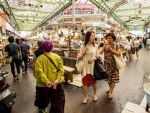 Seoul, Coreia do Sul - 21 de junho de 2017: Alimento e bebida saborosos de compra dos povos no mercado de Gwangjang em Seoul fotografia de stock