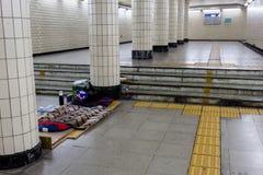 Seoul, Coreia do Sul - 20 de junho de 2017: Cama desabrigada na passagem subterrânea na baixa de Seoul fotografia de stock royalty free