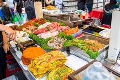 SEOUL, COREIA DO SUL - 16 DE MAIO: Mercado de Namdaemun em Seoul Fotos de Stock Royalty Free