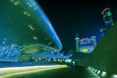 SEOUL, COREIA DO SUL - 15 DE MARÇO: Plaza do projeto de Dongdaemun Fotos de Stock Royalty Free