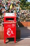 Seoul, Coreia do Sul - 8 de outubro de 2014: A caixa vermelha do cargo da letra nos pontos chave do amor do fechamento na torre d Fotografia de Stock Royalty Free