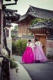 SEOUL - COREIA DO SUL - 21 DE OUTUBRO DE 2016: As mulheres de um par vagueiam t Fotos de Stock Royalty Free