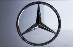 Seoul/Coreia do Sul - 10 15 2018: Mercedes Benz Sign Close Up fotos de stock