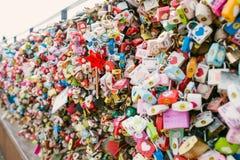 SEOUL, COREIA DO SUL, o 26 de outubro de 2016: A abundância da chave mestra foi travada ao longo da parede sobre na torre de Seo imagem de stock