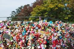 SEOUL, COREIA DO SUL, o 26 de outubro de 2016: A abundância da chave mestra foi travada ao longo da parede sobre na torre de Seo imagens de stock royalty free