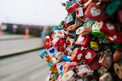 SEOUL, COREIA DO SUL, o 26 de outubro de 2016: A abundância da chave mestra foi travada ao longo da parede sobre na torre de Seo fotografia de stock royalty free