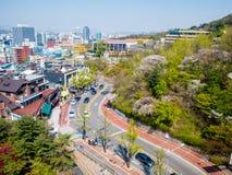 Seoul, il Sud Corea 16 aprile 2018: Vista su Seoul dal supporto di Namsan nella stagione estiva Cherry Blossoms sakura Fotografia Stock Libera da Diritti