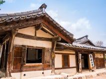 SEOUL KOREA - APRIL 15 2018: Det nationella Folk museet av Sydkorea lokaliserade inom jordningen av de Gyeongbokgung slottbesökar arkivfoton