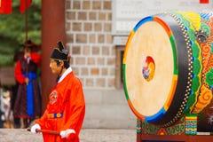 Schlagzeuger-traditioneller großer Trommel Deoksugung Palast Stockfotografie