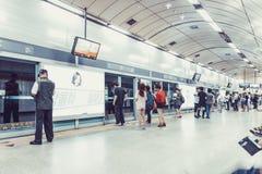 SEOUL, KOREA - 12. AUGUST 2015: Leute, die in der Linie auf einer U-Bahnplattform stehen und geduldig auf ihren Zug warten, um zu Stockfotografie