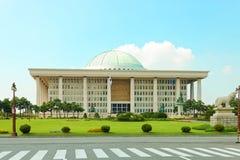 SEOUL, KOREA - 14. AUGUST 2015: Nationalversammlungs-Verfahrenshall-Gebäude - südkoreanisches Kapitol - gelegen auf Yeouido-Insel Lizenzfreie Stockfotografie