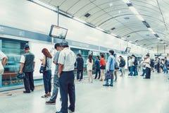 SEOUL, KOREA - 12. AUGUST 2015: Viele Leute, die in der Linie auf einer U-Bahnplattform stehen und geduldig auf ihren Zug zu wart Stockfoto