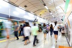 SEOUL, KOREA - 12. AUGUST 2015: Viele Leute weiter und, die zurück auf eine U-Bahnplattform - Seoul, Südkorea gehen Lizenzfreie Stockfotografie