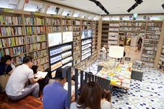 SEOUL, KOREA - AUGUST 13, 2015: Visitors reading books in bookstore of COEX convention and exhibition center - Seoul, South Korea Royalty Free Stock Images