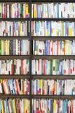 SEOUL KOREA - AUGUSTI 13, 2015: Bokhyllor med massor av böcker i bokhandel av COEX-regeln och utställningmitten på Augusti 13, Arkivbild