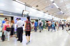 SEOUL KOREA - AUGUSTI 12, 2015: Folk som står i linjen på en gångtunnelplattform och väntar på deras drev för att komma - Seoul,  Fotografering för Bildbyråer