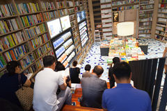 SEOUL KOREA - AUGUSTI 13, 2015: Folkläseböcker i bokhandel av COEX-regeln och utställningmitten på Augusti 13, 2015 Royaltyfri Foto