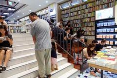SEOUL KOREA - AUGUSTI 13, 2015: Folkläseböcker i bokhandel av COEX-regeln och utställningmitten - Seoul, Sydkorea arkivfoto