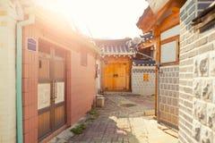 SEOUL KOREA - AUGUSTI 09, 2015: Unika hus på resedential område för Seochon Hanok by - Seoul, Sydkorea Royaltyfri Bild