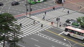 Seoul Korea - Maj 29, 2018: bästa sikt av gångare som korsar vägen på genomskärningen arkivfilmer