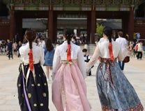 Seoul Korea-Maj 17, 2017: Koreanska par iklädda traditionella Hanbok Royaltyfri Fotografi