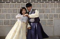 Seoul Korea-Maj 17, 2017: Koreanska par iklädda traditionella Hanbok Royaltyfri Foto