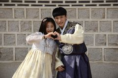 Seoul Korea-Maj 17, 2017: Koreanska par iklädda traditionella Hanbok Arkivfoton