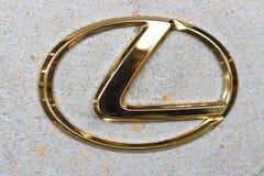 Seoul - 04 27 19: Logotipo dourado do sinal de Lexus em um close-up da parede imagem de stock royalty free