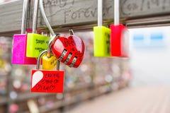 SEOUL - 28. MÄRZ: Liebesvorhängeschlösser an Turm N Seoul Stockbilder