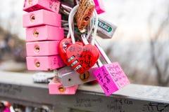 SEOUL - 28. MÄRZ: Liebesvorhängeschlösser an Turm N Seoul Stockfotos