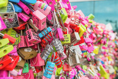 SEOUL - 28. MÄRZ: Liebesvorhängeschlösser an Turm N Seoul Lizenzfreie Stockfotografie